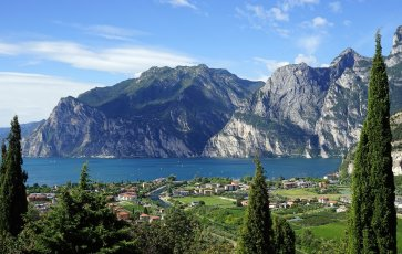 ENJOY SAILING AND DOLCE VITA AT LAKE GARDA IN ITALY. THE PERFECT ROAD TRIP.